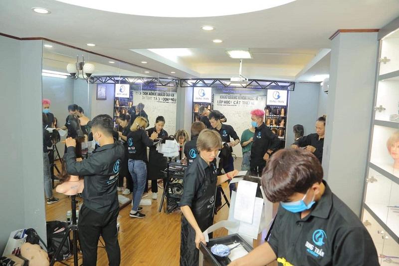 Nên học cắt tóc ở trung tâm dạy nghề tóc hay salon tư nhân?